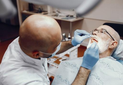 עד כמה כואב לעשות השתלת שיניים