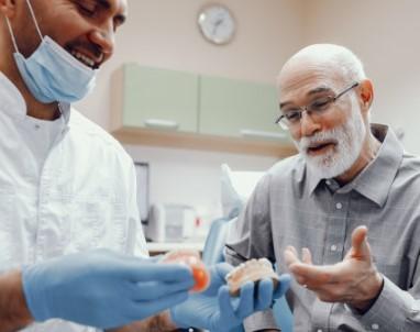 תיקון שיניים תותבות או שמירה עלייהם